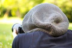Άτομο που χρησιμοποιεί μια επαγγελματική κάμερα Στοκ φωτογραφία με δικαίωμα ελεύθερης χρήσης