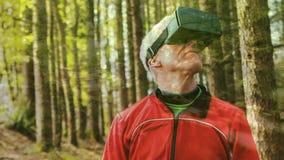 Άτομο που χρησιμοποιεί μια κάσκα εικονικής πραγματικότητας απόθεμα βίντεο