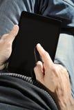 Άτομο που χρησιμοποιεί μια ταμπλέτα Στοκ Φωτογραφίες