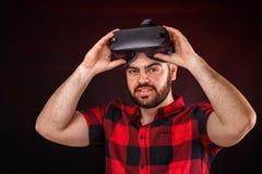 Άτομο που χρησιμοποιεί τα γυαλιά VR στοκ φωτογραφία με δικαίωμα ελεύθερης χρήσης