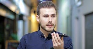 Άτομο που χρησιμοποιεί την αναγνώριση τηλεφωνικής φωνής για να στείλει ένα μήνυμα απόθεμα βίντεο