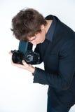 Άτομο που χρησιμοποιεί την αναδρομική φωτογραφική μηχανή στοκ εικόνα
