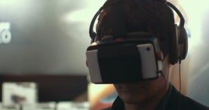 Άτομο που χρησιμοποιεί την αυξημένη συσκευή πραγματικότητας για τα mobiles φιλμ μικρού μήκους