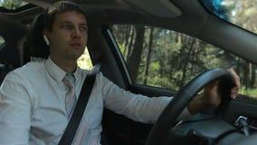 Άτομο που χρησιμοποιεί την ελεύθερη συσκευή χεριών για να κάνει μια κλήση στο αυτοκίνητο απόθεμα βίντεο