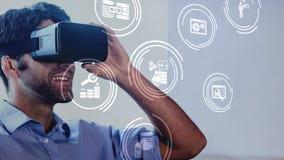 Άτομο που χρησιμοποιεί την κάσκα VR με τα εικονίδια στην οθόνη φιλμ μικρού μήκους