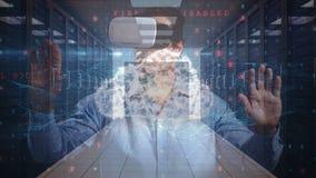 Άτομο που χρησιμοποιεί την κάσκα VR στο ψηφιακό κλίμα κώδικα απόθεμα βίντεο