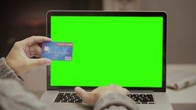 Άτομο που χρησιμοποιεί την πιστωτική κάρτα και το lap-top για να αγοράσει τις αγορές on-line απόθεμα βίντεο