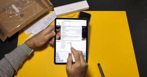 Άτομο που χρησιμοποιεί την πιό πρόσφατη υπέρ ψηφιακή ταμπλέτα iPad απόθεμα βίντεο