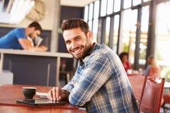 Άτομο που χρησιμοποιεί την ψηφιακή ταμπλέτα σε μια καφετερία, πορτρέτο Στοκ φωτογραφία με δικαίωμα ελεύθερης χρήσης