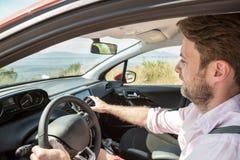 Άτομο που χρησιμοποιεί τη ναυσιπλοΐα οθόνης ταμπλό, ΠΣΤ σε ένα αυτοκίνητο Στοκ εικόνες με δικαίωμα ελεύθερης χρήσης