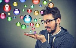 Άτομο που χρησιμοποιεί τις εφαρμογές στο smartphone Στοκ εικόνα με δικαίωμα ελεύθερης χρήσης