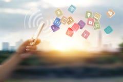 Άτομο που χρησιμοποιεί τις κινητές πληρωμές για τον πελάτη on-line αγορών και εικονιδίων στοκ εικόνα