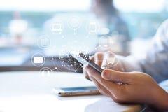 Άτομο που χρησιμοποιεί τις κινητές πληρωμές, που κρατούν τον κύκλο σφαιρική και σύνδεση δικτύων πελατών εικονιδίων στοκ φωτογραφία με δικαίωμα ελεύθερης χρήσης