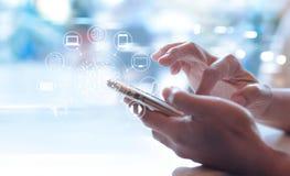 Άτομο που χρησιμοποιεί τις κινητές πληρωμές, που κρατούν τον κύκλο σφαιρική και σύνδεση δικτύων πελατών εικονιδίων στοκ φωτογραφίες