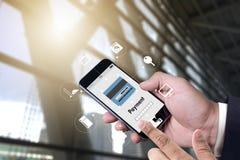 Άτομο που χρησιμοποιεί τις κινητές πληρωμές σε απευθείας σύνδεση ψωνίζοντας μ-καταθέτοντας σε τράπεζα Διαδίκτυο Gl Στοκ φωτογραφίες με δικαίωμα ελεύθερης χρήσης