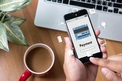 Άτομο που χρησιμοποιεί τις κινητές πληρωμές σε απευθείας σύνδεση ψωνίζοντας μ-καταθέτοντας σε τράπεζα Διαδίκτυο Gl Στοκ Εικόνες
