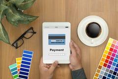 Άτομο που χρησιμοποιεί τις κινητές πληρωμές σε απευθείας σύνδεση ψωνίζοντας μ-καταθέτοντας σε τράπεζα Διαδίκτυο Gl Στοκ εικόνα με δικαίωμα ελεύθερης χρήσης
