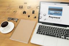 Άτομο που χρησιμοποιεί τις κινητές πληρωμές σε απευθείας σύνδεση ψωνίζοντας μ-καταθέτοντας σε τράπεζα Διαδίκτυο Gl Στοκ Φωτογραφίες