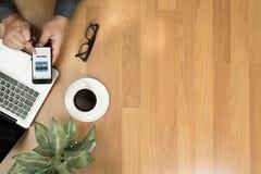 Άτομο που χρησιμοποιεί τις κινητές πληρωμές σε απευθείας σύνδεση ψωνίζοντας μ-καταθέτοντας σε τράπεζα Διαδίκτυο Gl Στοκ φωτογραφία με δικαίωμα ελεύθερης χρήσης