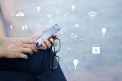 Άτομο που χρησιμοποιεί τις κινητές σε απευθείας σύνδεση αγορές πληρωμών με το εικονίδιο Στοκ φωτογραφίες με δικαίωμα ελεύθερης χρήσης
