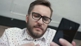 Άτομο που χρησιμοποιεί τις σε απευθείας σύνδεση τραπεζικές εργασίες με το έξυπνες τηλέφωνο και την κάρτα απόθεμα βίντεο