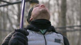 Άτομο που χρησιμοποιεί τον αποσυμπιεστή ικανότητας για τη χειμερινή κατάρτιση υπαίθρια Αθλητισμός και έννοια υγείας απόθεμα βίντεο
