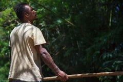 Άτομο που χρησιμοποιεί τον πόλο για να πλεύσει το σύνολο μπαμπού στον ποταμό Μια από τη σταδιοδρομία για τον τουρισμό στην επαρχί στοκ φωτογραφίες με δικαίωμα ελεύθερης χρήσης