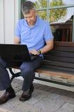 Άτομο που χρησιμοποιεί τον υπολογιστή στοκ εικόνες με δικαίωμα ελεύθερης χρήσης