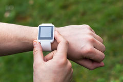 Άτομο που χρησιμοποιεί το έξυπνο ρολόι έξω Στοκ Φωτογραφίες