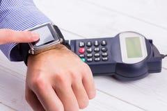 Άτομο που χρησιμοποιεί το έξυπνο ρολόι για να εκφράσει την αμοιβή στοκ φωτογραφίες