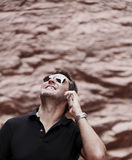 Άτομο που χρησιμοποιεί το έξυπνο τηλέφωνο υπαίθρια Στοκ φωτογραφία με δικαίωμα ελεύθερης χρήσης