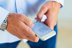 Άτομο που χρησιμοποιεί το έξυπνο τηλέφωνο Στοκ Φωτογραφίες