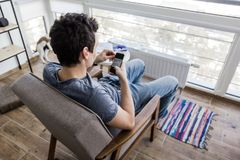 Άτομο που χρησιμοποιεί το κινητό έξυπνο τηλέφωνο Στοκ Φωτογραφία