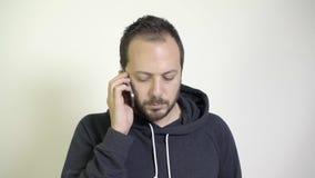 Άτομο που χρησιμοποιεί το κινητό τηλέφωνο και απόθεμα βίντεο
