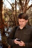 Άτομο που χρησιμοποιεί το κινητό τηλέφωνο του Στοκ φωτογραφία με δικαίωμα ελεύθερης χρήσης