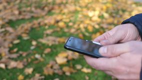 Άτομο που χρησιμοποιεί το κινητό smartphone και την πιστωτική κάρτα φιλμ μικρού μήκους