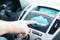 Άτομο που χρησιμοποιεί το πίνακα ελέγχου αυτοκινήτων Στοκ φωτογραφία με δικαίωμα ελεύθερης χρήσης