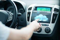 Άτομο που χρησιμοποιεί το πίνακα ελέγχου αυτοκινήτων Στοκ Εικόνες