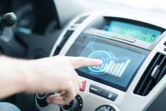 Άτομο που χρησιμοποιεί το πίνακα ελέγχου αυτοκινήτων Στοκ εικόνα με δικαίωμα ελεύθερης χρήσης