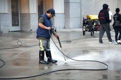 Άτομο που χρησιμοποιεί το πλυντήριο πίεσης Στοκ Φωτογραφίες