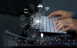 Άτομο που χρησιμοποιεί το σε απευθείας σύνδεση ΝΕ πελατών αγορών και εικονιδίων πληρωμών υπολογιστών Στοκ Φωτογραφία