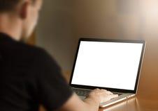 Άτομο που χρησιμοποιεί το σημειωματάριο στοκ φωτογραφία