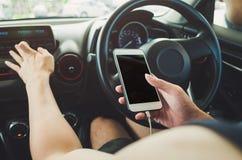 Άτομο που χρησιμοποιεί το τηλέφωνο στο αυτοκίνητο Στοκ φωτογραφία με δικαίωμα ελεύθερης χρήσης