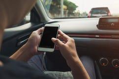 Άτομο που χρησιμοποιεί το τηλέφωνο στο αυτοκίνητο Στοκ Εικόνα