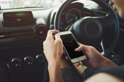 Άτομο που χρησιμοποιεί το τηλέφωνο στο αυτοκίνητο Στοκ Φωτογραφίες
