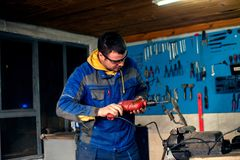 Άτομο που χρησιμοποιεί το τρυπάνι δύναμης στο εργαστήριο Στοκ Εικόνα
