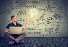 Άτομο που χρησιμοποιεί το lap-top σε ένα υπόβαθρο με τους τύπους επιστήμης στοκ φωτογραφία με δικαίωμα ελεύθερης χρήσης