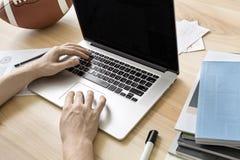 Άτομο που χρησιμοποιεί το lap-top στην αρχή Στοκ φωτογραφίες με δικαίωμα ελεύθερης χρήσης