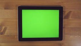 Άτομο που χρησιμοποιεί το PC ταμπλετών με την πράσινη οθόνη απόθεμα βίντεο