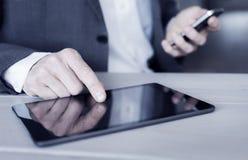Άτομο που χρησιμοποιεί το PC ταμπλετών στο γραφείο Στοκ εικόνα με δικαίωμα ελεύθερης χρήσης